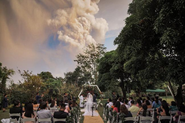 Wedding takes place in the Philippines despite volcano eruption