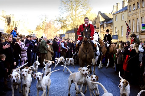 Crowds in show of support for hunts