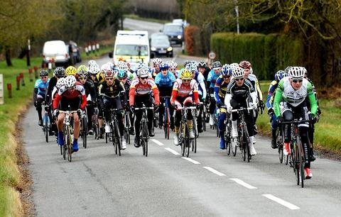 BUNCHED TOGETHER: A packed field make their way through Radford during Evesham and District Wheelers' annual 99-kilometre road race which was eventually won by Will Bjergfelt. Picture: NICK TOOGOOD. 1113273002