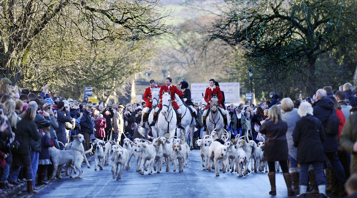 Hunt spectacle attracts crowds