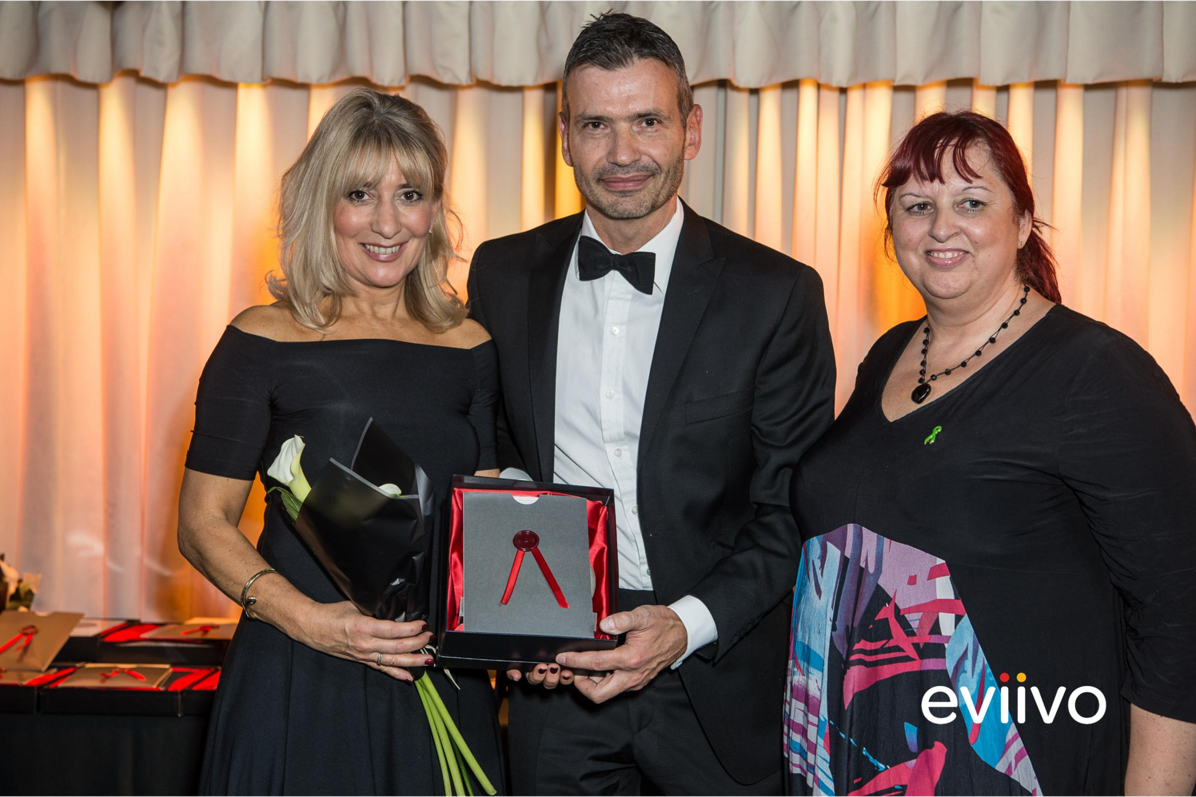 Sarah Alexiou (left) owner Woolmarket House, Chipping Campden, receiving the award for Most Beautifully Presented property category at the eviivo Awards 2018
